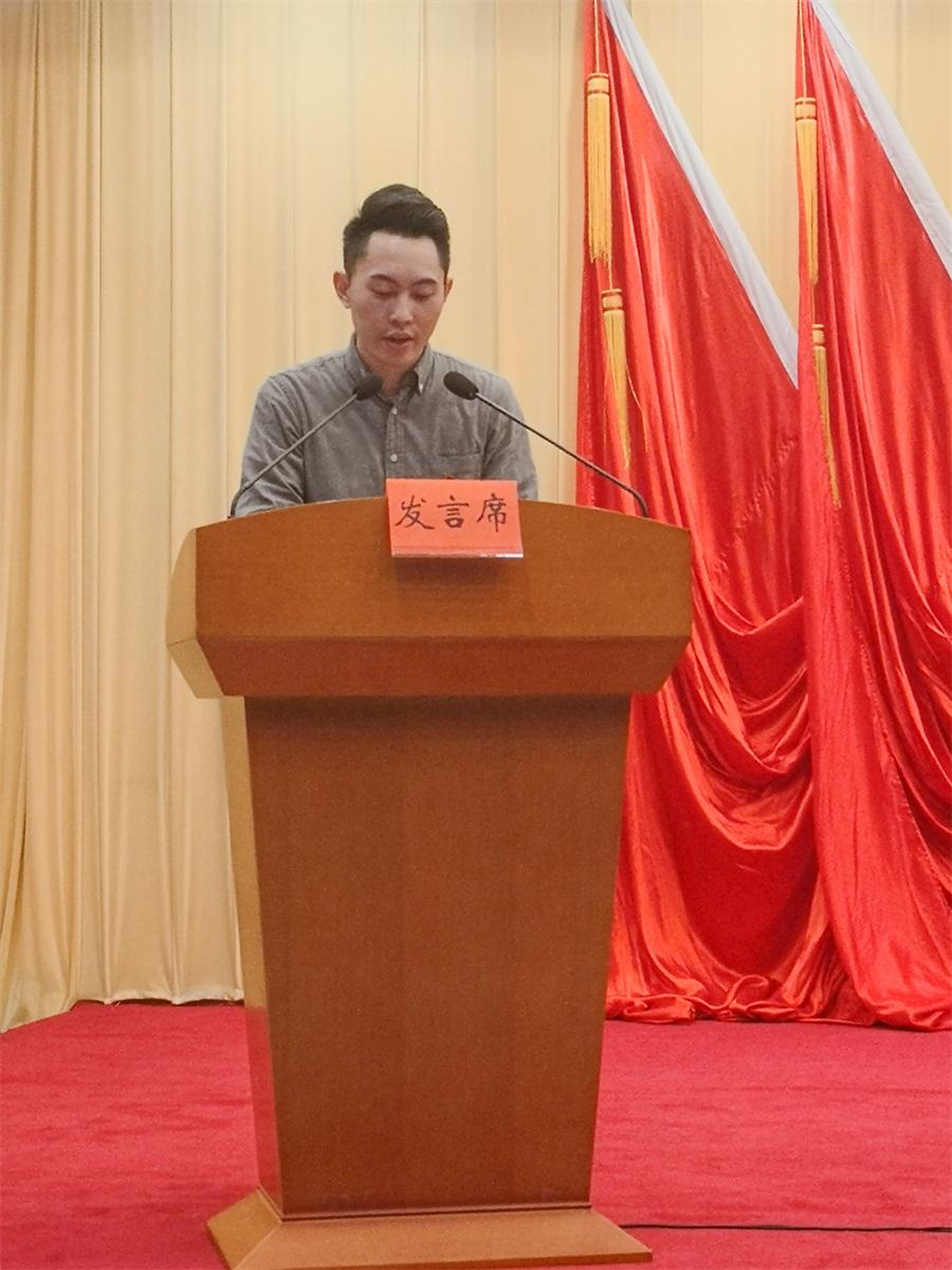 骆毅老师作为先进单位代表上台作经验分享.jpg